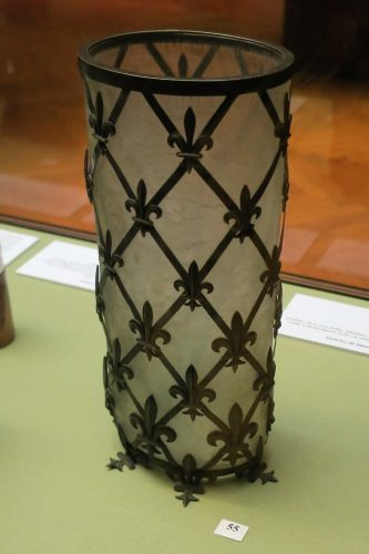 Un vase Daum en verre givré dans une armatur en laiton, décoré de fleurs de lys.