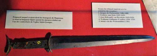 Le poignard auquel avaient droit les bourgeois de Haguenau et dont la longuer de la lame figure les mesures-étalons de l'eglise Saint-Georges.