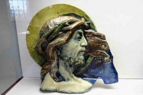"""""""Tête de Christ"""" de Léon Elchinger, daté des années 1930. A cette époque, le céramiste de Soufflenheim rélaisa le Chemin de Croix du Mont Saint-Odiel."""