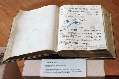 Le livre qui mentionne les circoncisions et Raphaël Roos y amis en valeur la première circonscision dans l'Alsace recevnue française, le 31 décembre 1918.