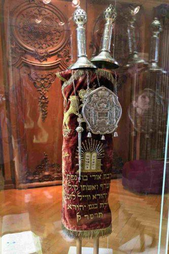 Les rouleaux de la Torah (la doctrine en hébreu) : les , les