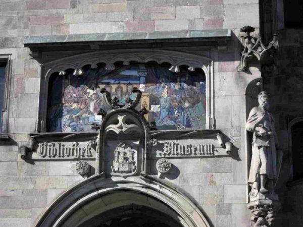 L'escalier d'accès au Musée est surmonté d'une cérmaique de l'empereur Fréderic Braberousse, réalisé p